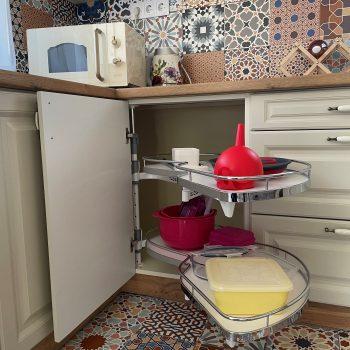 Fehér rusztikus L alakú konyhabútor - sarkoszekrény
