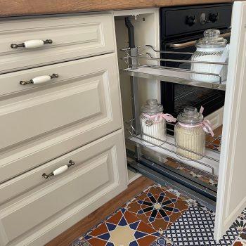 Fehér rusztikus L alakú konyhabútor - rejtett tároló